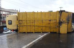 Çöp kamyonu ile hafif ticari araç çarpıştı: 2 yaralı