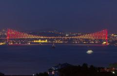 15 Temmuz Şehitler Köprüsü sarı-kırmızıya boyandı