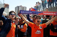 Başakşehir taraftarından takımlarına TT Stadyumu önünde büyük destek