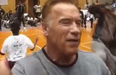 Arnold Schwarzenegger'e uçan tekmeli saldırı! Her şey bir anda oldu