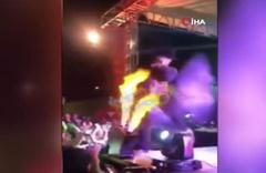 Meksika'da yüzü yanan şarkıcı konsere devam etti