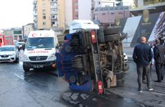 Beyoğlu'nda temizlik kamyonu devrildi: 2 yaralı