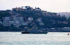 Rus savaş gemisi çekilerek Boğaz'dan geçti