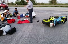 Motosiklet kamyona çarptı! Sürücü ve arkasındaki yola savruldu