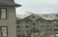Ottawa'da kasırga evlerin çatılarını böyle uçurdu