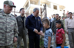 Bakan Hulusi Akar'a Pençe'nin komuta merkezi Derecik'te yoğun ilgi