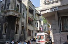 Beyoğlu'nda bir kadın 3 katlı binadan atlayarak intihar etti