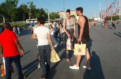 Taksim'de 2 metre 5 santimlik kadın basketbolcu herkesin ilgi odağı oldu