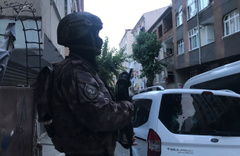 Esenler'de şafak vakti helikopter destekli narkotik operasyonu: 35 gözaltı