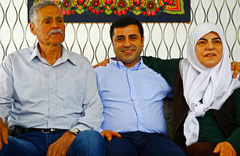 Selahattin Demirtaş'ın annesi: Erdoğan bey oğlumu bıraksın ona siyaset yaptırmayacağım