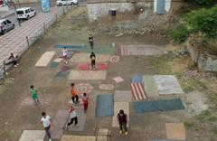 Yozgat'ta eski halılardan kendilerine futbol sahası yapan çocukların masumluğu