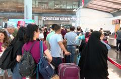 Oylarını kullandılar tatile gitmek için havalimanına akın ettiler