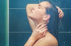 Kadınlar günde 10 bardak su içmeli, sık sık duş almalı Saat 16.00'dan sonra....