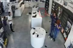 Gürcistan'da bıçakla kadın çalışanı rehin alıp mağaza soymaya kalktı