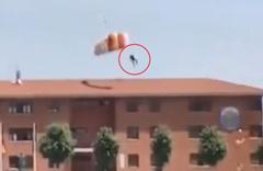 Paraşütçü asker çatıya çarptı