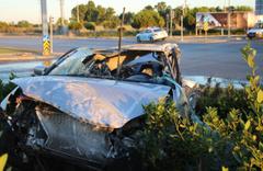 İzmir'deki trafik kazasında otomobil metrelerce uçtu 2 kişi öldü