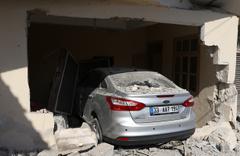Mersin'de fren yerine gaza basan sürücü evin salonuna girdi