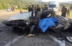 Yolcu otobüsü otomobille çarpıştı! 2 ölü 3 yaralı