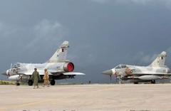 Katar'da iki savaş uçağı havada çarpıştı!
