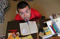 Ağzı ile tuttuğu kalemle üç üniversite bitirdi üç kitap yazdı