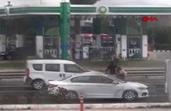 Sosyal medyada alkış toplayan hareket! Trafiği durdurup yaşlı kadını yolun karşısına geçirdi