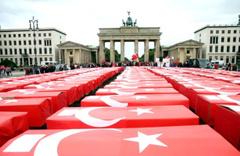 Türk bayrağına sarılı 251 tabut! Almanya'da duygu dolu 15 Temmuz anması