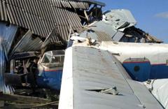 Savaş uçağı evin balkonundan içeri girdi