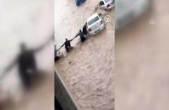 Düzce'de sele kapılan otomobili insan gücüyle kurtarmaya çalıştılar