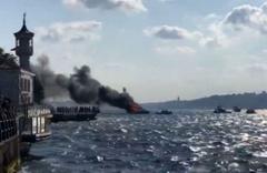 İstanbul Boğazı'nda yanan tekneden, yolcular denize atlayarak kurtuldu