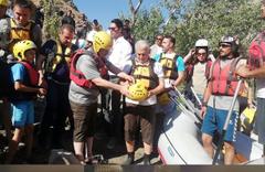 Erzincan'da rafting yapan Binali Yıldırım'ın renkli anları kameralara yansıdı