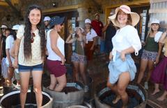 Ayakkabılarını çıkarıp işe giriştiler Muğla'da turistler akın etti