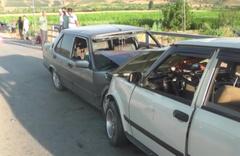 İzmir'de iki otomobil çarpıştı 11 yaralı