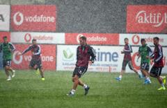 Beşiktaş mağlubiyetinin ardından çalışmalarına yağmur altında da devam etti