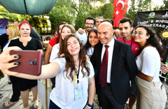İzmir'e gelen üniversite öğrencilerine Tunç Soyer'den sürpriz