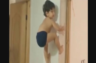 Küçük çocuktan akrobatik hareketler