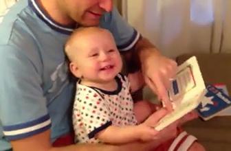 Babasıyla kitap okuyan bebek