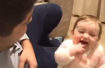 Babasına kahkahalarla gülen bebek muhteşem