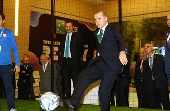 Erdoğan önce masa tenisi ardından futbol oynadı
