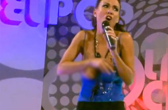 Ünlü şarkıcının sahnede bir anda göğüsleri açıldı!
