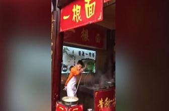Dans ederken yemek pişiren şef