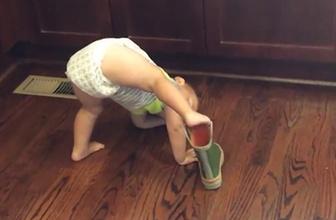 Bot giymeye çalışan azimli bebek