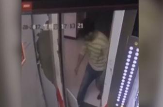 Asansör kapısını açık tutmada en kötü yöntem!