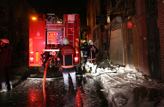 Beyoğlu'nda dehşet anları alevlerin sardığı binanın üçüncü katından atladı