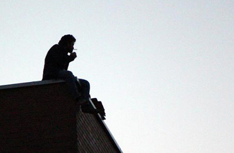 Parasını alamayınca çalıştığı inşaatın çatısına çıktı!