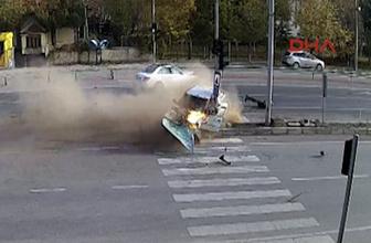 Otomobilin alev aldığı kaza anı güvenlik kamerasında