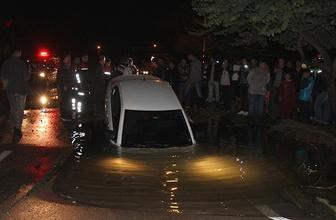 Çöken yol otomobili böyle yuttu!