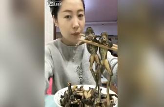 Mideniz kaldırmayabilir! Genç kız kurbağaları böyle yedi...