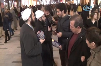Tebliğciler' yılbaşı öncesi Taksim'de Noel kutlamalarına karşı broşür dağıttı