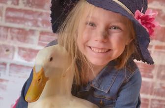 Ördeğine çocuk gibi bakan sevimli kız