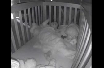 Uykusunda tezahürat yapan bebek